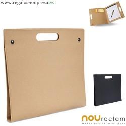 Carpeta cartón reciclado con bloc de notas, boli y notas adhesivas